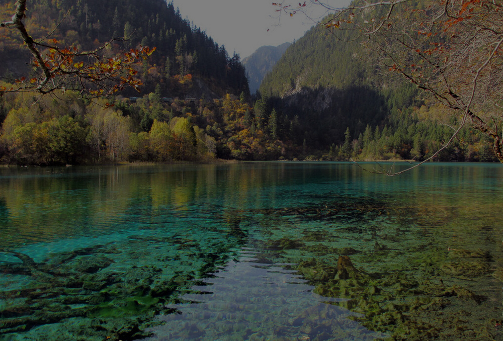 松潘五彩池, 天上仙景驻人间.  赤橙黄绿青蓝紫, 凝成神奇赛瑶池.